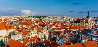 Weergeven aan rode dakenhorizon van de stads Tsjechische republiek van Praag Het Panorama van Praag royalty-vrije stock afbeeldingen