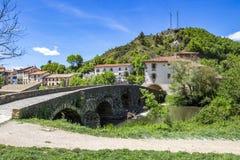 Weergeven aan Villava met de middeleeuwse brug over Ulzama-Rivier, in Villava, Navarre, Spanje stock afbeeldingen