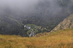 Weergeven bergaf in Franse alpen in de zomertijd stock afbeelding