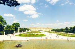 Weergeven bij beroemd Schonbrunn-Paleis met Grote Parterre-tuin royalty-vrije stock afbeelding