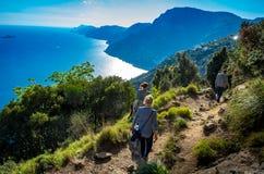 Weergeven bij de Amalfi kust van de trekkingsproef de Weg van Goden wordt gezien die royalty-vrije stock foto