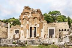 Weergeven bij de ruïnes van Oude Capitolium-Tempel in Brescia - Italië stock afbeelding