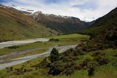 Weergeven bij de vallei die tot Rob Roy Glacier in Nieuw Zeeland leiden stock afbeeldingen