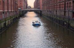 Weergeven bij een schip in een kanaal van Elbe rivier in het pakhuisdistrict van Speicherstadt van Hamburg, Duitsland royalty-vrije stock afbeeldingen