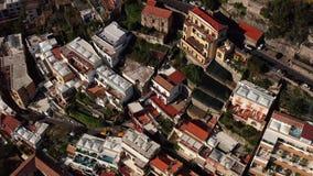 Weergeven bij kleurrijke huizen op heuvels in Positano-stad in Italië stock footage