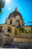 Weergeven bij koepel van Kerk van Santa Maria Assunta in Positano door Amalfi Kust, Positano Italië royalty-vrije stock foto's