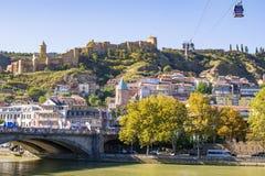 Weergeven bij Metehi-brug, Narikala-vesting en de oude stad van Tbilisi Georgië, beroemde toeristenplaatsen stock foto