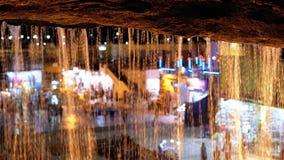 Weergeven bij nacht van onder de beroemde waterval in de oude stad van Sharm el Sheikh, Egypte stock footage