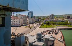 Weergeven bij Novorossiysk-stadspromenade van het dek van Kruiser Mikhail Kutuzov stock fotografie