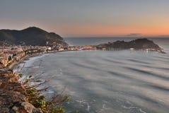 Weergeven bij schemer van Rocche Di Sant 'Anna Sestri Levante Camogli, Italië royalty-vrije stock foto