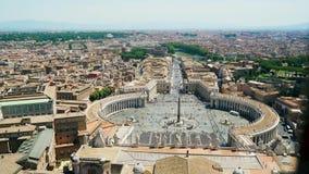 Weergeven bij St Peter vierkant van koepel van St Peter Basilica in Rome in Italië 4k stock videobeelden