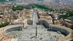 Weergeven bij St Peter vierkant van koepel van St Peter Basilica in Rome in Itali? 4k stock footage