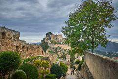 Weergeven binnen muren van het kasteel van Xativa, dat middeleeuws, toerist en oud die kasteel is, op een berg wordt en in wordt  royalty-vrije stock foto