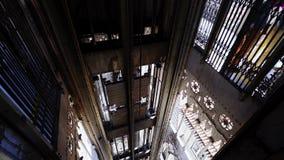 Weergeven binnen van historische lift stock video