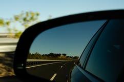 Weergeven in de autospiegel op snelle weg in Spanje, mooi landschap stock foto's