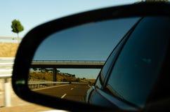 Weergeven in de autospiegel op snelle weg in Spanje, mooi landschap royalty-vrije stock foto