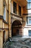 Weergeven de binnenplaats van van St. Petersburg, Rusland met de oude huizen royalty-vrije stock foto