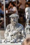 Weergeven die van de standbeeldmens, schoenmaker doen die op de straat, Porto stad, Portugal handelen stock fotografie