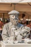 Weergeven die van de standbeeldmens, schoenmaker doen die op de straat, Porto stad, Portugal handelen stock afbeeldingen