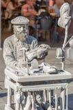 Weergeven die van de standbeeldmens, schoenmaker doen die op de straat, Porto stad, Portugal handelen royalty-vrije stock foto's