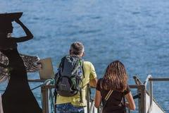 Weergeven die van paar op dokken die de Douro-rivier bekijken, van de mening genieten royalty-vrije stock foto
