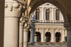 Weergeven door de overwelfde galerij onderaan het Paleis van de Doge in San Marco Square royalty-vrije stock fotografie