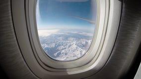 Weergeven door een vliegtuigvenster, vliegtuigvleugel boven de wolk, Hd ultra stock videobeelden
