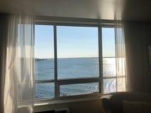 Weergeven door hotelvenster op Meer Erie tijdens de zomerzonsondergang stock fotografie