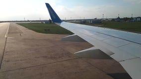 Weergeven door illuminator van de vliegtuigen bij de luchthaven Het vliegtuig opent bij de luchthavenmening, door stock videobeelden