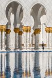 Weergeven en bezinning van Arcades in Sheikh Zayed Grand Mosque Abu Dhabi De V.A.E stock afbeelding