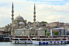 Weergeven en gezicht van Bosphorus, Istanboel, Turkije Blauwe moskee stock afbeelding