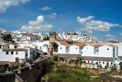 Weergeven langs de oude brug naar de kerk van Nuestro-Aalmoezenier Jesus, Ronda, Spanje stock fotografie