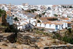Weergeven langs de oude brug naar de oude stad, Ronda, Spanje stock afbeeldingen