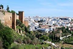 Weergeven langs de oude stadsmuur naar de stad, Ronda, Spanje royalty-vrije stock afbeelding