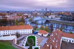 Weergeven meer dan het moderne deel van Vilnius, Litouwen stock afbeeldingen