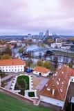Weergeven meer dan het moderne deel van Vilnius, Litouwen stock fotografie