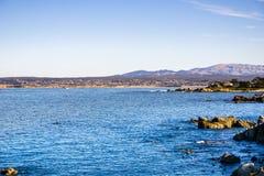 Weergeven naar Monterey-baai van Minnaarspunt, Vreedzaam Bosje, Californië royalty-vrije stock foto