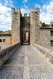 Weergeven onderaan de romanesque brug over de rivier Fluvia met bogen en defensietoren in Besalu, Girona, Spanje stock afbeelding
