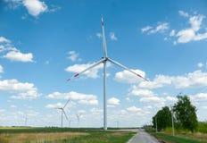 Weergeven op alternatieve energiewindmolens in windpark in Ulyanovsk voor een blauwe hemel stock afbeelding