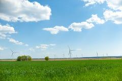 Weergeven op alternatieve energiewindmolens in windpark in Ulyanovsk voor een blauwe hemel royalty-vrije stock foto