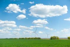 Weergeven op alternatieve energiewindmolens in windpark in Ulyanovsk voor een blauwe hemel stock afbeeldingen