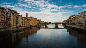 Weergeven op Arno met beroemde Ponte Vecchio in Florence stock afbeelding