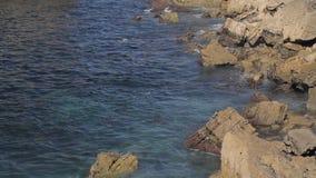 Weergeven op de Atlantische Oceaan in stad Peniche, Portugal stock video