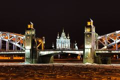 Weergeven op de Bolsheokhtinsky-Brug over de Kathedraal van Neva River en Smolny-in Heilige Petersburg, Rusland in Th royalty-vrije stock fotografie