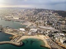 Weergeven op de kustlijn van Haifa De achtergrond van de reis Overzeese mening van de stranden en de promenade van de Israëlische stock afbeeldingen