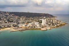 Weergeven op de kustlijn van Haifa De achtergrond van de reis Overzeese mening van de stranden en de promenade van de Israëlische royalty-vrije stock foto