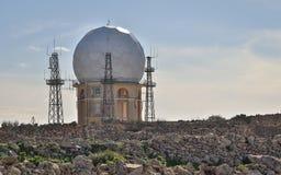 Weergeven op de Radarpost 'IL Ballun dichtbij de Dingli-Klippen in Malta op een duidelijke zonnige dag Obstructie voert in de voo stock afbeeldingen