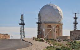 Weergeven op de Radarpost 'IL Ballun dichtbij de Dingli-Klippen in Malta op een duidelijke zonnige dag Obstructie voert in de voo royalty-vrije stock foto