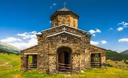 Weergeven op de Sameba-Kerk van de Heilige Drievuldigheid in het verre Tusheti-dorp van Shenako, Georgië royalty-vrije stock foto