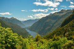 Weergeven op Doubltful-Geluid fiord verre van beschaving in zuidelijk deel van Nieuw Zeeland royalty-vrije stock foto